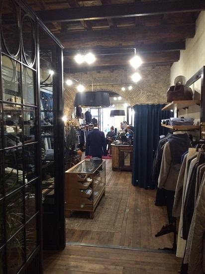 Arredamenti per negozi arredamento su misura per negozi for Montaggio arredamenti negozi