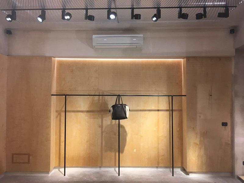 Elementi arredo negozi abbigliamento: abbligliamento uomo