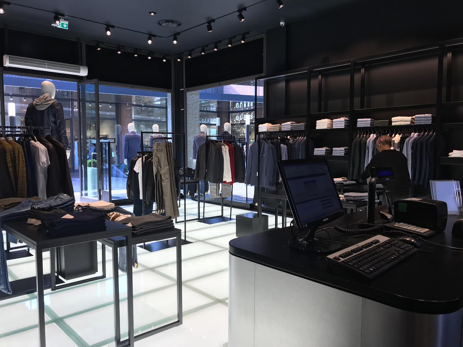 Arredamento showroom david naman roma e vicolungo co de for Outlet arredamento roma
